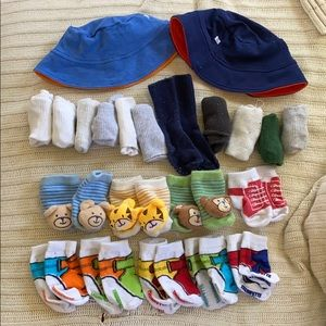 20 infant socks and 2 reversible hats